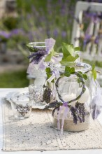 Fotografie květin, fotky květinových dekorací pro publikace na téma fotografie, květiny, kytky, dekorace, fotky, candle, decoration, flower, garden, glass, ivy, lavender, light, nobody, outdoor, ribbon, sand, summer